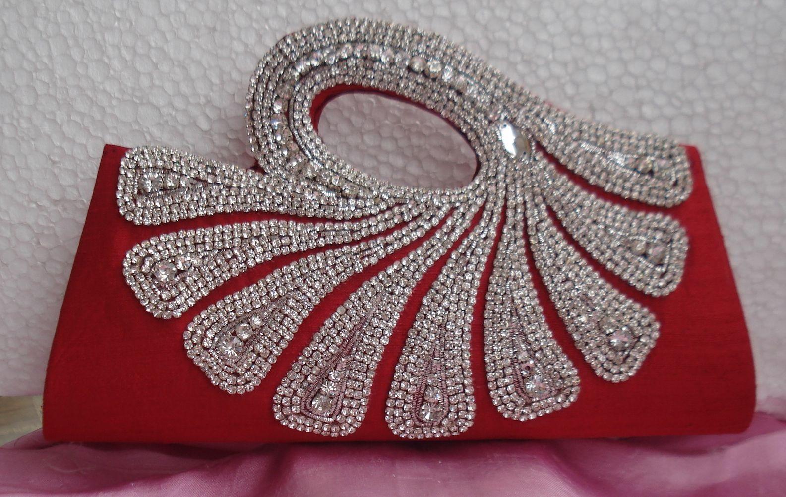 बात अगर ब्राइडल पर्स के ट्रेंड की करें तो दुल्हन शादी के लहंगे के साथ डिजाइनर पर्स कैरी करना पसंद करती हैं जो न केवल ग्लैमर्स लुक देता है बल्कि ड्रेस के साथ भी आसानी से मैच हो जाते हैं।