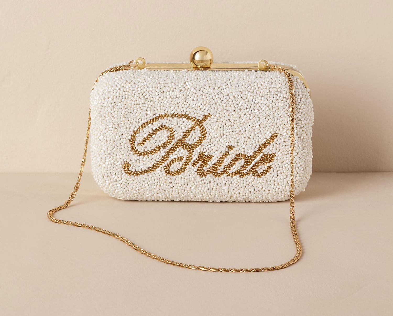 मार्कीट में डिजाइनर पर्स की काफी वैरायिटीज है जिनमें कल्च से लेकर पोटली पर्स शामिल है लेकिन फिर भी लड़कियां चूज करते समय कंफ्यूज हो जाती हैं।