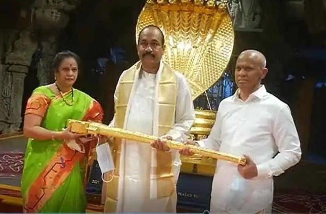 इस मंदिर में भगवान वेंकटेश्वर अपनी पत्नी के साथ विराजमान है। वहीं यह मंदिर कई रहस्यों से भरा हुआ है।