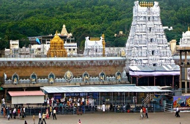 यहां पर भक्त अपनी श्रद्धा से पैसे, सोना, चांदी आदि भेंट करते हैं। ऐसे हैदराबाद के एक श्रद्धालु ने भगवान वेंकटेश्वर को सोने व चांदी की तलवार भेंट की है।