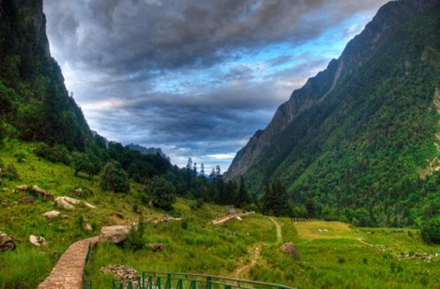 घंगारिया गांव उत्तराखंड के चमोली जिले में स्थित है। प्राकृतिक नजारों से भरा यह गांव किसी का मन आसानी से मोह लेगा।