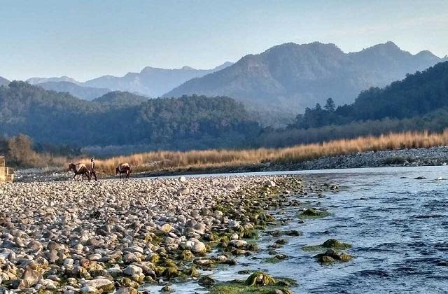 आप घूमने के लिए उत्तराखंड के रामनगर गांव में जाने का भी प्लान कर सकती है।