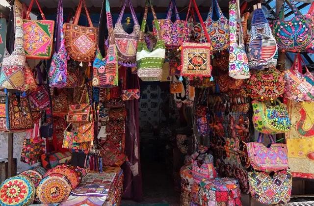 यहां एक बड़ा बाजार है जहां से आप अलग-अलग चीजों की खरीदारी कर सकते हैं।