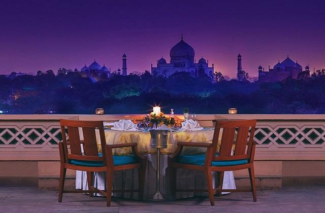 इसके अलावा आगरा का किला, फतेहपुर सिकरी व अन्य ऐतिहासिक जगहों पर भी बजट में घूम सकते हैं।