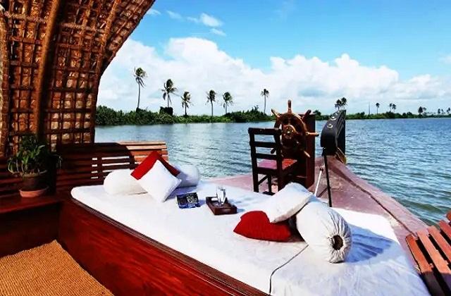 आप पार्टनर के साथ केरल में घूमने का प्लान कर सकती है। दक्षिण भारत में बसा केरल अपनी प्राकृतिक खूबसूरती व शांत वातावरण से जाना जाता है।