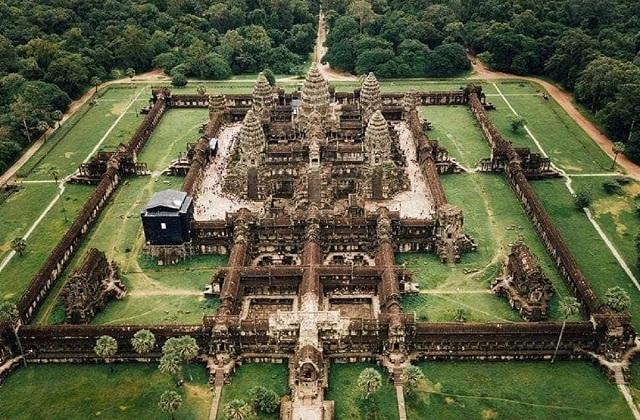 कंबोडिया देश में स्थित अंकोरवाट मंदिर भगवान विष्णु को समर्पित है।