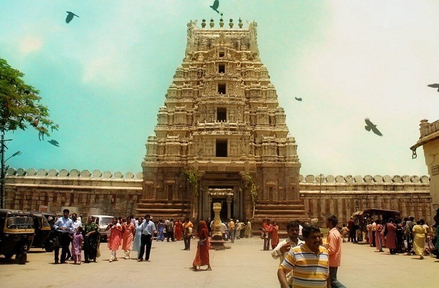 तमिलनाडु के त्रिची नामक स्थान पर स्थित श्रीरंगनाथ मंदिर दुनिया का दूसरा सबसे बड़ा हिन्दू मंदिर माना जाता है।