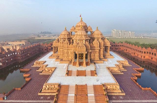 दिल्ली में स्थापित अक्षरधाम मंदिर लगभग 2,40,000 वर्गमीटर के क्षेत्र में फैला हुआ है।