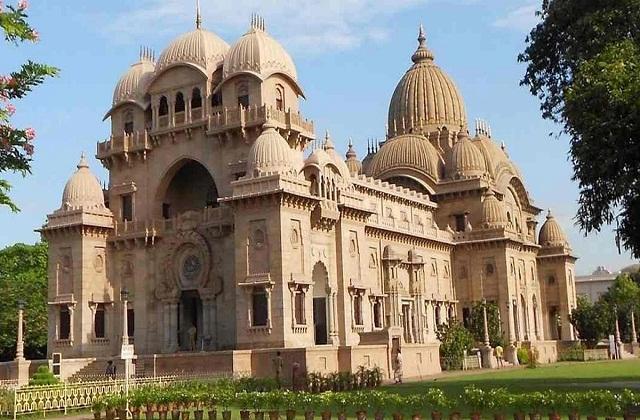 बेलूर मठ कलकत्ता में हुगली नदी के तट पर स्थापित है। यह मठ 1,60,000 वर्गमीटर के क्षेत्र में फैला है।