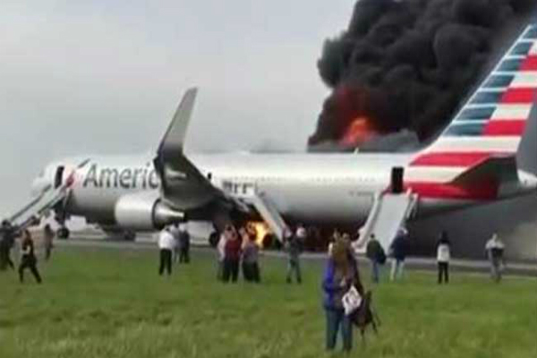 शिकागो एयरपोर्ट पर विमान का टायर फटने से लगी आग, 20 घायल