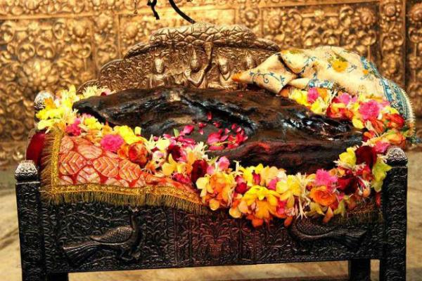 गिरिराज जी की परिक्रमा न कर सकने वाले श्रद्धालु करें श्री राधा दामोदर मंदिर के दर्शन
