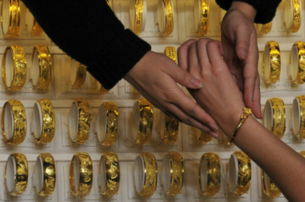त्यौहारी सीजन में सस्ता सोना खरीदने का मौका, जानें कितने गिरे सोना-चांदी