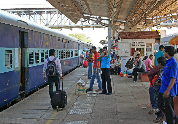 रेलवे ने बदले कुछ नियम, क्लिक कर जानें