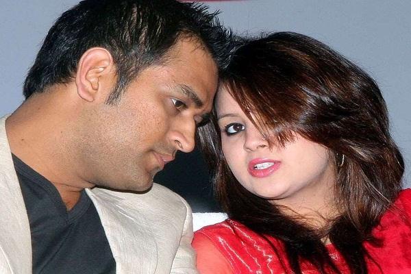 महेेंद्र सिंह धोनी की पत्नी साक्षी के खिलाफ धोखाधड़ी का केस दर्ज