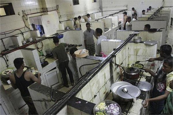 दुबई में ऐसी है भारतीय मजदूरों की LIFE ( Watch pics)