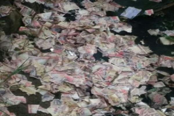 गुवाहाटी में नाली, नदी से मिले 500, 1000 रूपये के फटे हुए नोट