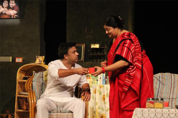 दिखावे के चक्कर में मोल ले ली मुसीबत, टैगोर थिएटर में नाटक 'आहट' मंचित