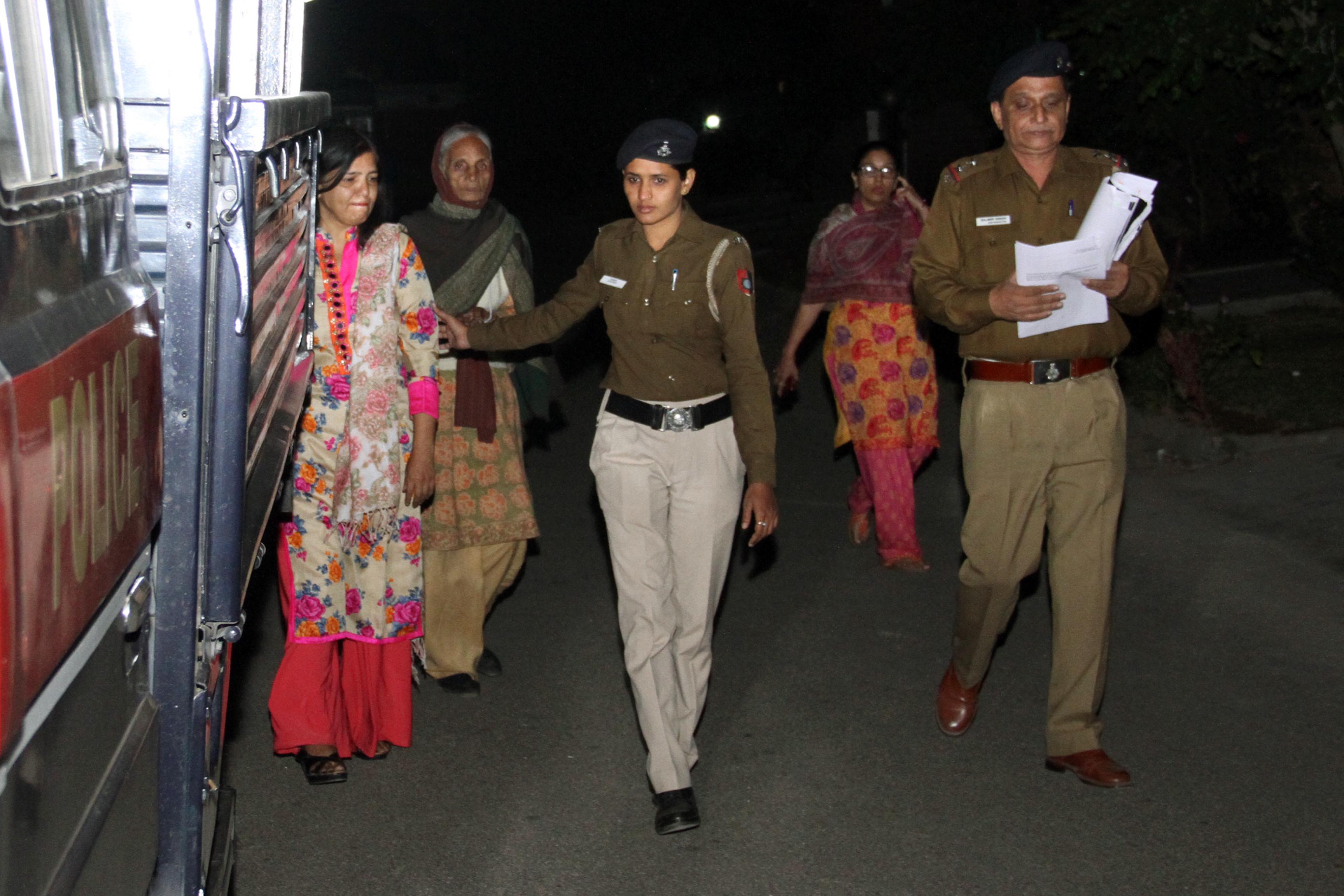 प्लॉट में ट्रैसपासिंग का आरोप : बहल की पहली पत्नी व बहू गिरफ्तार