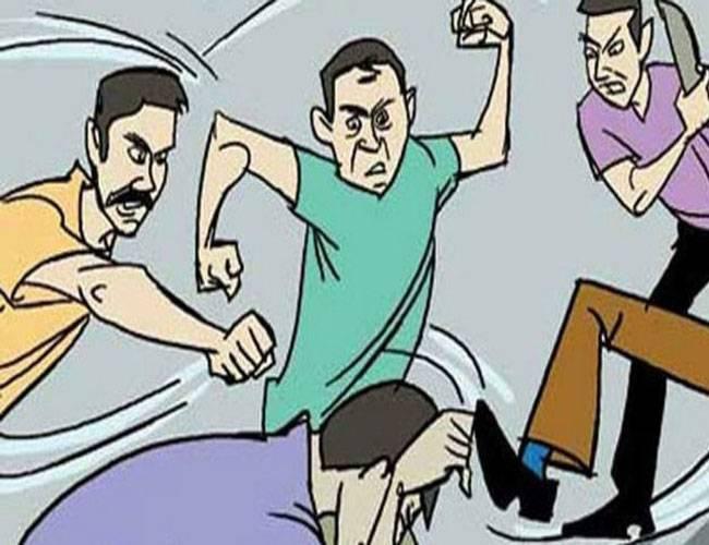 शहर में खुलकर हो रही स्नैचिंग, व्यक्ति को पीट-पीटकर 3 युवकों ने छीने हज़ारों रूपये