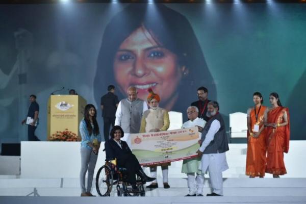 PM  मोदी ने पैरालंपिक पदक विजेता दीपा मलिक को सौंपा करोड़ों का चैक
