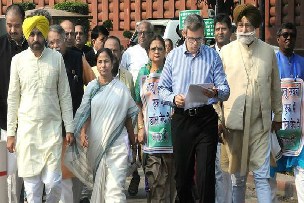नोटबंदी पर सदन में हंगामा, विपक्ष बोला-जनता को लाइन में लगा खुद दूल्हा बन घूम रहे PM