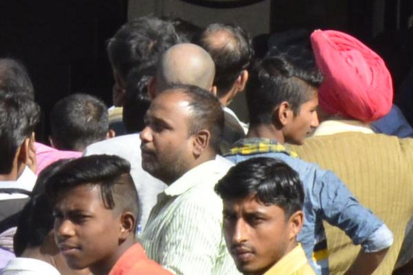 तीसरे दिन भी एटीएम और बैंकों के बाहर दिखी अफरातफरीं, सुबह-सुबह शुरू हुआ सिलासिला