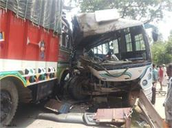 मऊ में बस और ट्रक की टक्कर, 7 लोग घायल
