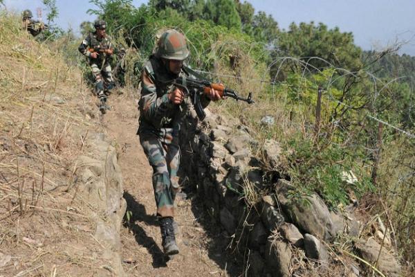 J&K: एलओसी पर 3 जगह पाकिस्तान की तरफ से फायरिंग जारी, बीएसएफ के दो जवान घायल