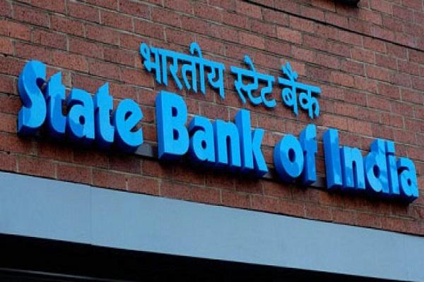 SBI और Axis Bank ने लाेन और बचत खाताें पर घटाई ब्याज दरें