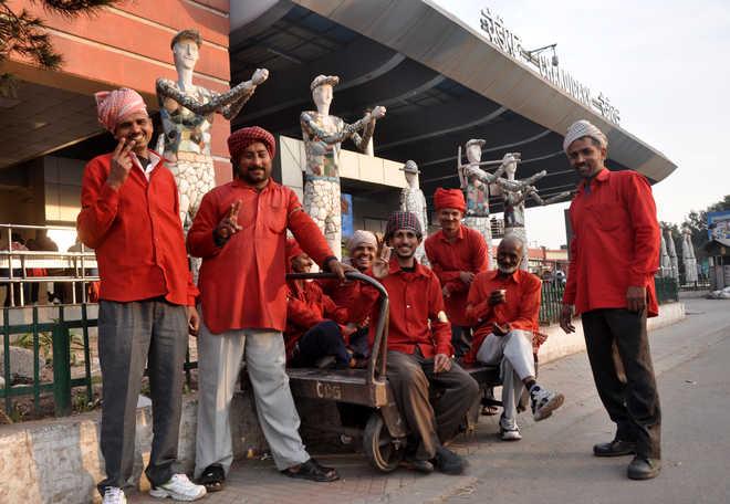 अब नहीं चलेगी कुलियों की मनमानी, रेलवे अधिकारियों ने जारी की रेट लिस्ट