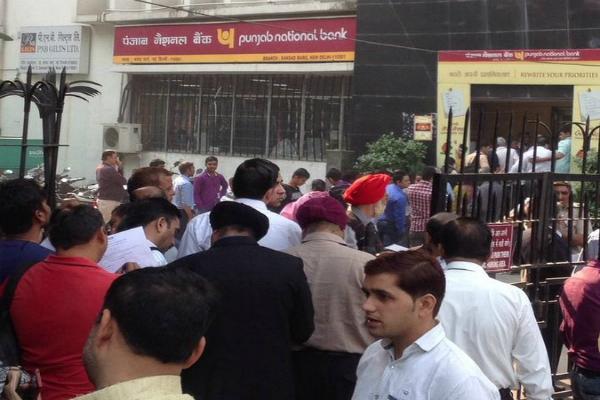 500-1000 के नोट बदलवाने के लिए बैंकों के बाहर लगी लंबी लाइनें, कई जगह कैश ही नहीं