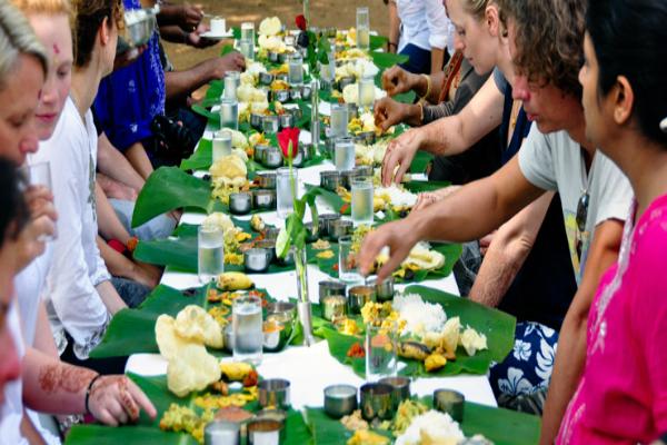 मेहमानों को खास दिशा में बिठा कर कराएं भोजन, भरेगा आपका खजाना