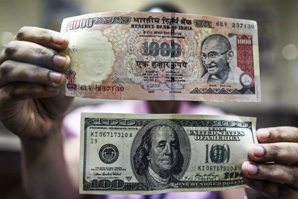 रुपया 4 पैसे टूटा