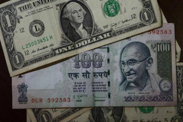 कारोबार की शुरूआत में रुपया 9 पैसे कमजोर