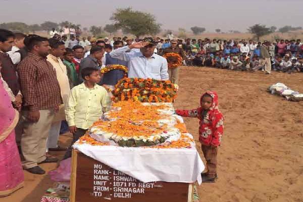 शहीद जवान का शव देख बेहोश हुई पत्नी, 6 साल का बेटा बोला-'दुश्मनों से मैं लूंगा बदला'
