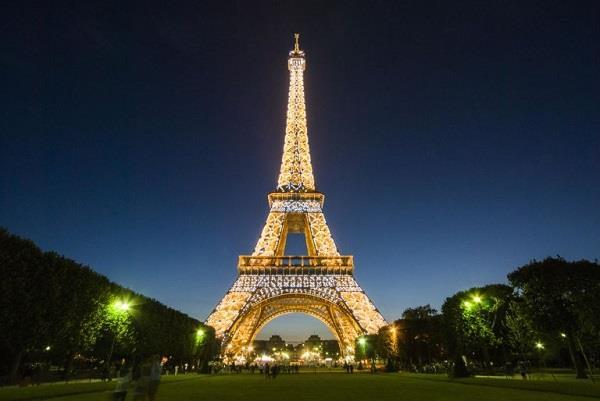 एफिल टॉवर की सीढ़िया खरीदने दुनिया भर से पहुंचे लोग