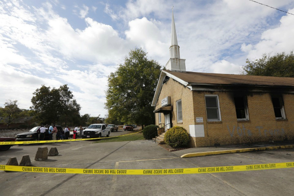 ट्रंप के नारों से बदनुमा हुई चर्च की दीवार, लगाई आग(Pics)