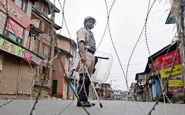 जुम्मे की नमाज के मद्देनजर श्रीनगर में कर्फ्यू, सुरक्षाबल तैनात