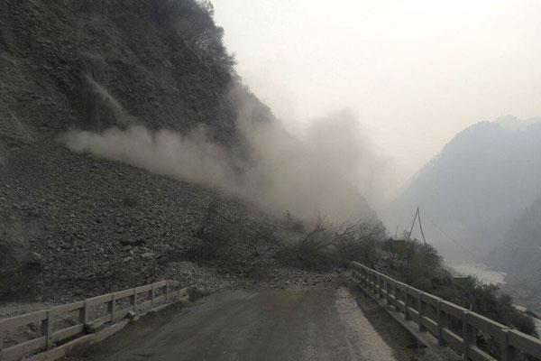 लैंडस्लाइड होने से जम्मू कश्मीर राष्ट्रीय राजमार्ग बंद