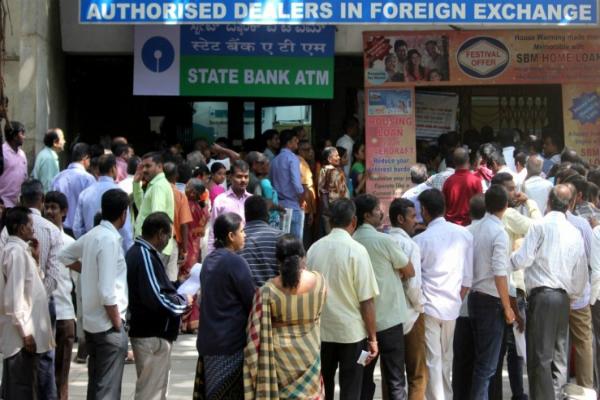 आज बैंक बंद, ATM के बाहर लंबी कतारें