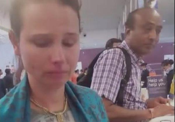 नोटबंदी पर एक शख्स ने पोंछे विदेशी महिला के आंसू, वायरल हुई वीडियो