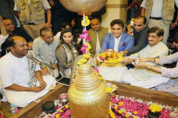 मंदिर में पूजा अर्चना करते नजर आए PAK नेता