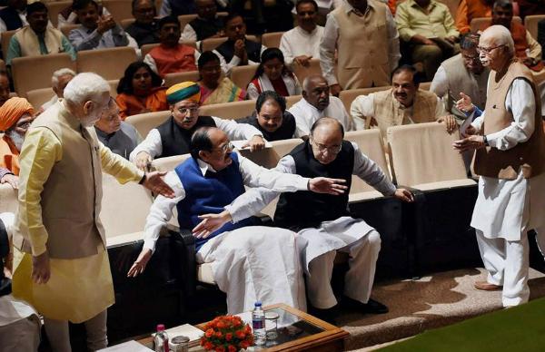 आडवाणी के लिए कुर्सी छोड़ खड़े हो गए PM, नहीं उठे जेटली और नायडू