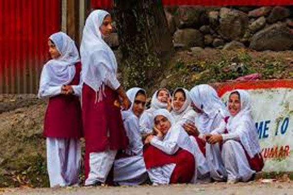 जम्मू कश्मीर की छात्राओं को सरकार का तोहफा, 12वीं तक होगी फीस माफ