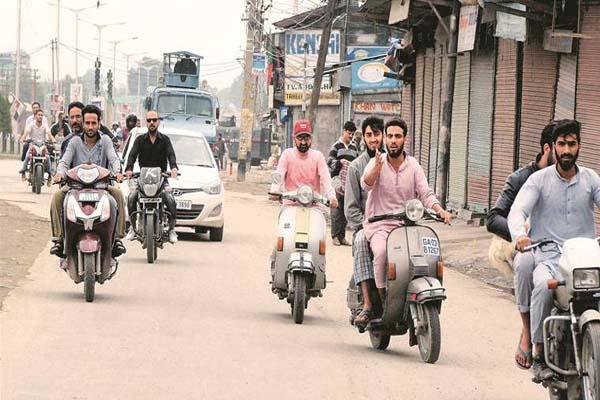 कश्मीर में 2 कर्मचारियों, गांव प्रमुख सहित 12 गिरफ्तार