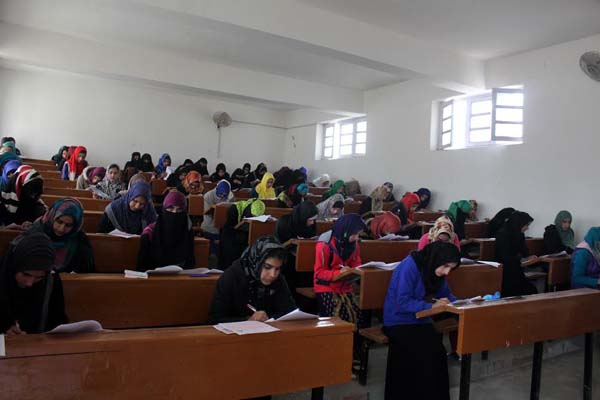 कश्मीर में कड़ी सुरक्षा के बीच 12वीं कक्षा की परीक्षा शुरु