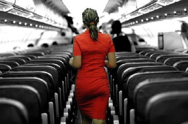 यात्रियों ने एयर होस्टेस से कर दी ये मांग, हो गई पानी-पानी