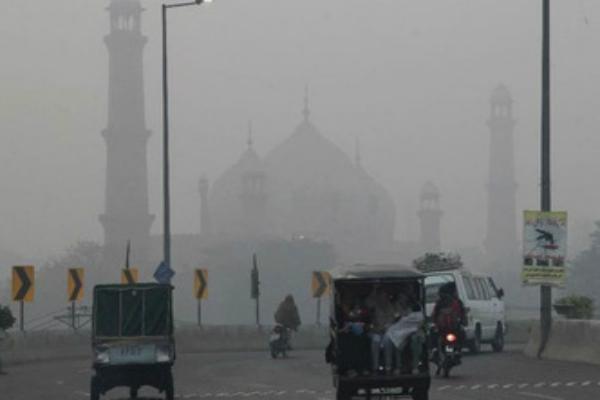 दिल्ली के प्रदूषण से लाहौर की नाक में दम!