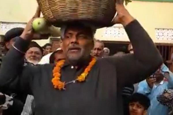 नोटबंदी : सरकार काे चेताने के लिए सांसद ने सब्जी का लिया सहारा
