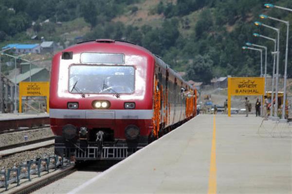 साढ़े तीन महीने के बंद के बाद कश्मीर में आज पटरी पर दौड़ी रेल